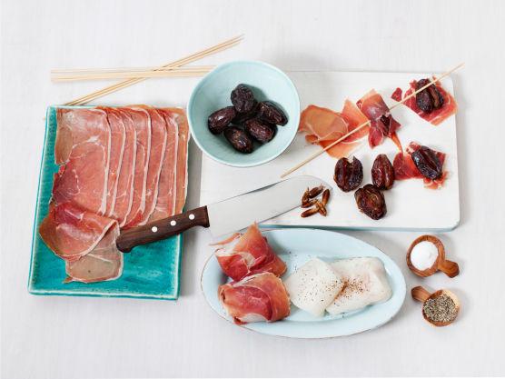 Ta ut steinen av dadlene, surr skinkebiter rundt og tre på grillpinner. Skjær torskefileten i biter, krydre med salt og pepper, surr skinke rundt og tre på grillpinner. Pensle alt med olje og grill eller stek spydene i ca. 6 min.
