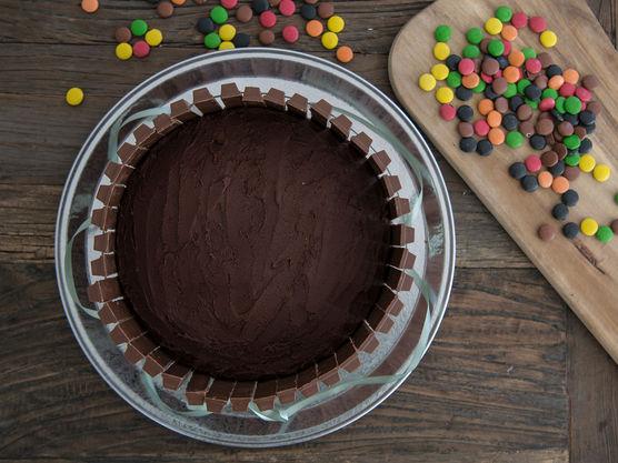 Smør sjokoladekremen utover på toppen og på sidene av kaken.