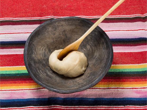 Kna hvetemel, salt, sukker og smult godt sammen. Tilsett litt og litt vann og kna deigen videre i 2–4 min. Del deigen i 20 emner og plasser på melet brett. Dekk med plastfilm og la hvile i 30 min.