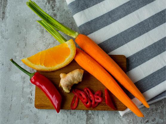 Hakk løk og hvitløk. Del chilien på langs og skrap ut frøene. Skjær chilien i tynne strimler. Vask gulrøttene godt og skjær dem i biter.