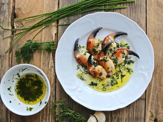 Smelt smøret i en kasserolle sammen med knust hvitløk og urter.  Pass på så smøret ikke blir brunt og smak til med litt salt. Rens krabbeklørne.