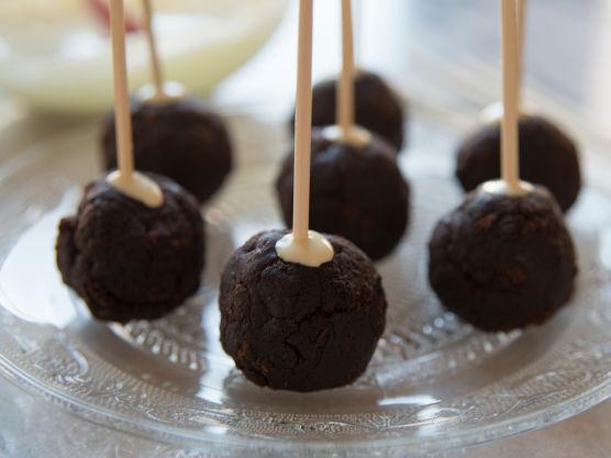 Dypp så kulen i hvit eller mørk sjokolade smeltet på vannbad. Les på sjokoladepakken for beste måte å smelte sjokoladen, samt sjekke hvilken temperatur sjokoladen tåler.