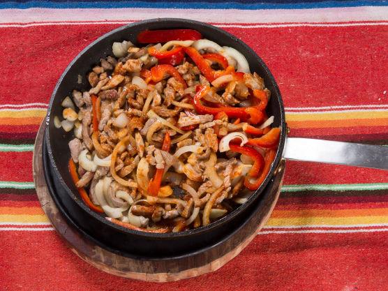 Stek kjøttet litt i en panne sammen med matolje, grovhakket paprika og løk. Vend inn halvparten av chilimania glazen og bak ferdig i ovnen på 200 grader i 10 min. Ta ut av ovnen og vend inn resten av glazen. Server kjøttblandingen rett fra pannen på bordet.