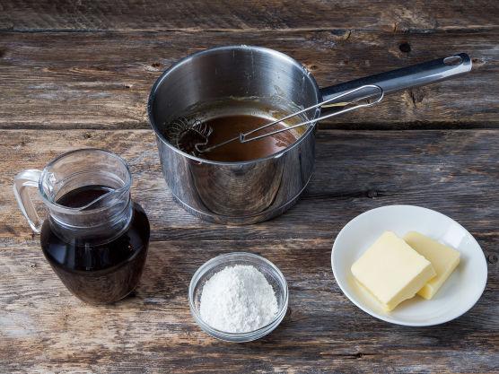 Kraften fra steken kan spes med både vann, vin eller annen kraft. Smelt smøret i en gryte. Tilsett mel og fres det sammen med smøret til oppbakningen er brun. Oppbakningen skal ha en gylden nøttefarge. Pass på at den ikke blir mørkebrun. Da vil sausen smake brent.