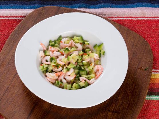 Lag agurk- og chilisalat (se egen oppskrift), men kutt agurken i terninger i stedet for strimler og bland deretter i rekene. Kjør alle ingrediensene til den grønne salsaen i blender. Legg litt av salsaen i bunnen av tortillaene med reker, agurk- og chilisalat på toppen.