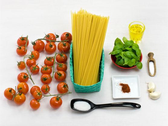 Enkel og frisk pastarett som smaker av sol og sommer! Tilsett mozzarella eller ricotta for variasjon.