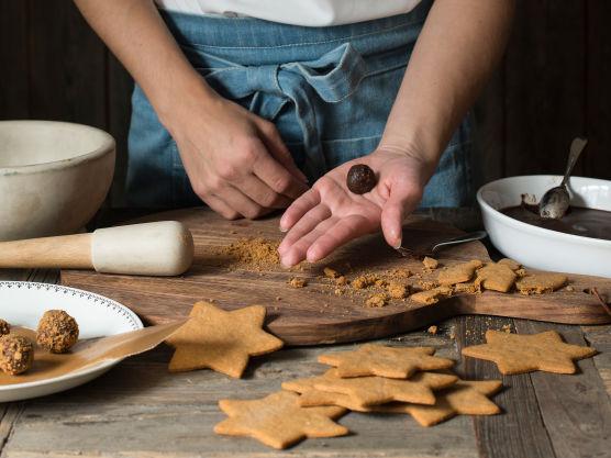 Bryt sjokoladen i små biter, og rør ned i den varme fløteblandingen. Rør til sjokoladen har smeltet.