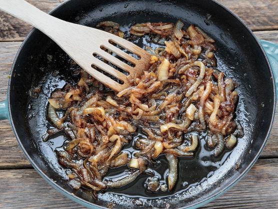 Stek løken på middels varme i en panne med smør og olje. Rør av og til og pass på at pannen ikke er for varm så løken blir for fort stekt. Etter 5-10 minutter, når løken begynner å bli ordentlig myk og få fin farge, tilsettes sukker, Worcestershire-saus og balsamico.  Fortsett å steke til løken er helt myk og karamellisert.  Smak til med salt og pepper helt til slutt.