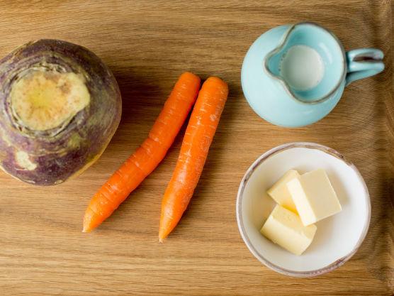 Rens, skrell og del grønnsakene i jevne biter.