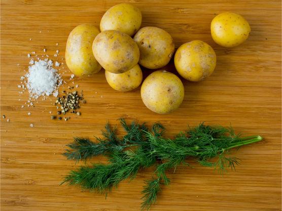 Vask og kok nypotetene møre i godt saltet vann. Hell av vannet og damp potetene tørre.