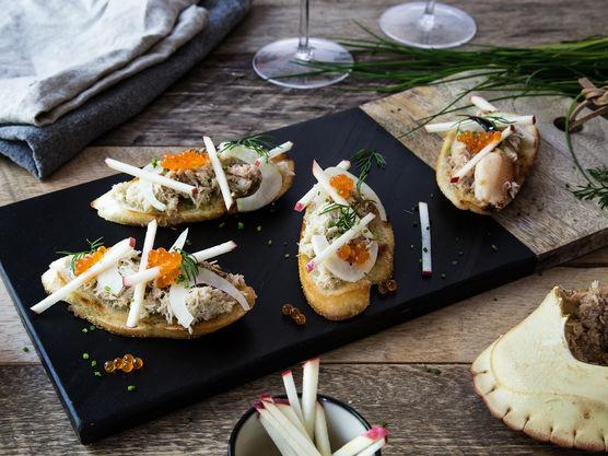 Topp baguettskivene med krabbekjøtt, fennikel, eple og lakserogn. Pynt gjerne med finhakket gressløk og dill.