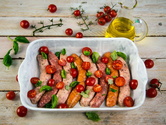 Legg pølsene i en ildfast form sammen med tomatene og frisk basilikum. Dryss over litt olivenolje. Stek i ovnen på 175 grader i 20 minutter.