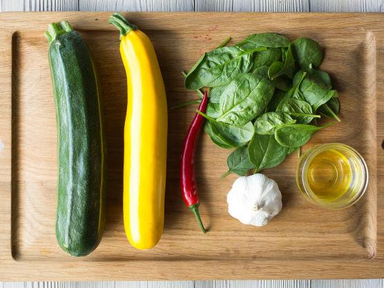 Visp sammen sitronsaft, olivenolje, chili og hvitløk. Smak dressingen til med salt og pepper.