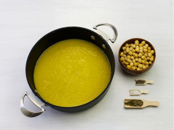Kok opp suppen og la koke i ca. 15 min, og kjør suppen til puré i en blender.