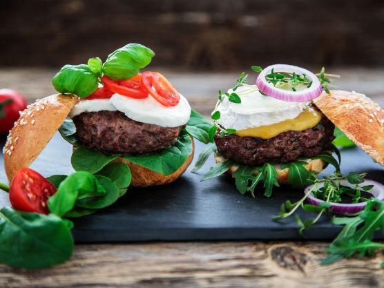De franske miniburgerne serveres med ruccolasalat, sennep, chevre eller brie og frisk timian til pynt. Deilig smakfull variant for voksne!