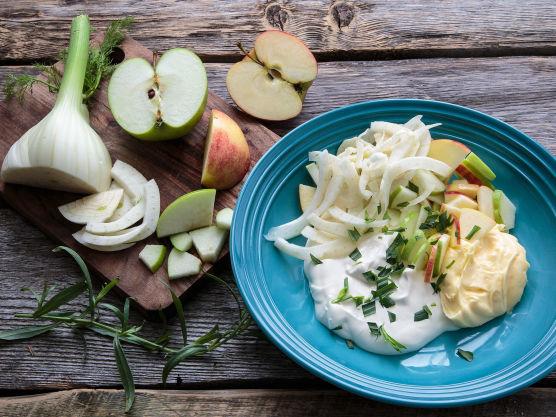 Finsnitt eple, fennikel og reddik. Bland med majones, rømme, eddik og estragon og smak til med salt og pepper.