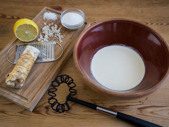Pisk kremfløten med pepperrot, sukker, salt og sitronsaft. Kremen skal ikke bli for stivpisket, men forbli litt myk.