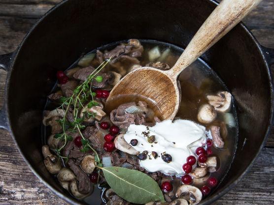 Tilsett erter, tyttebær og rømme og la det småputre i ca. 5 minutter.