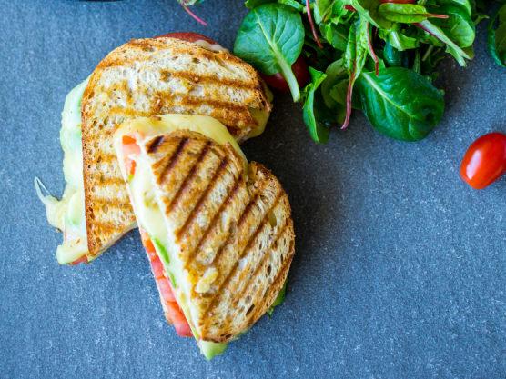 Det er enkelt å varme ostesmørbrød. Du kan enten steke sandwichen i et toastjern til brødet er gyllent og osten har smeltet. Alternativt kan du steke sandwichen på begge sider i en middels varm stekepanne med litt smør eller olje.
