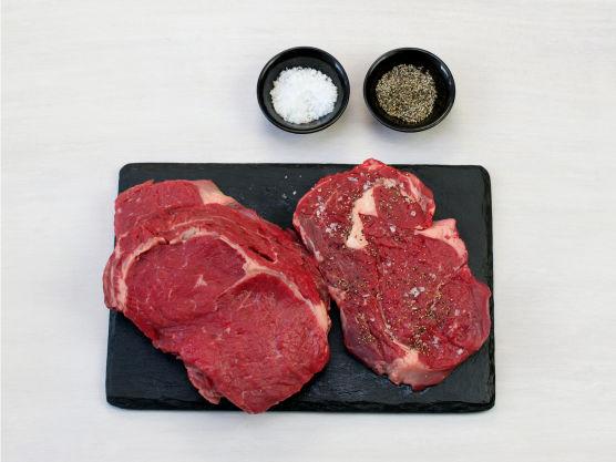 Krydre entrecôtes med salt og pepper. Stek eller grill dem i ca. 3 min. på hver side.