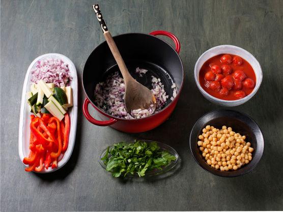 Hakk persille, finhakk løk, skjær paprika og squash i strimler og fres i olje i ca. 2-3 min. Vend inn persille, kikerter og tomater.