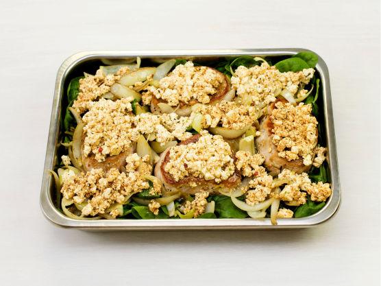 Knus fetaost, paprikapulver og oregano i oljen fra glasset (ca 1 dl) med en gaffel og fordel over svinefiletene. Stek i ovnen på 225 °C i ca. 15 min.