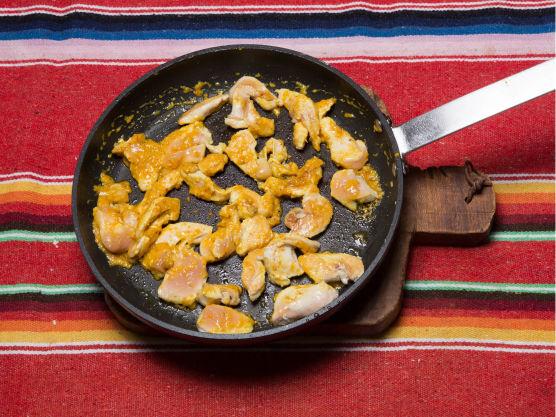 Stek strimlet kyllingkjøtt i en stekepanne og tilsett thai glaze på slutten av stekingen, smak til med salt og pepper.