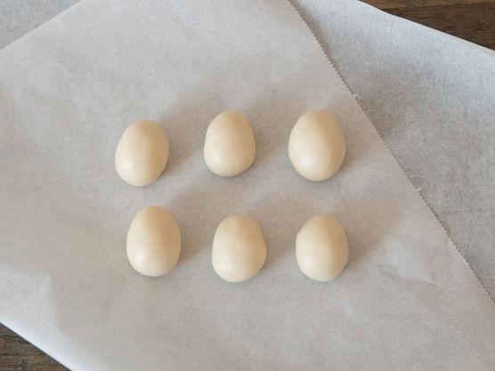 Form marsipanen til små egg og legg dem på bakepapir.