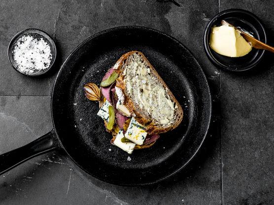 Smør sidene på brødskivene som vender ut med smør og stek i en stekepanne på middels varme under lokk til skiven er gyllen. Snu og stek videre til osten er smeltet.