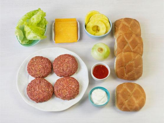 En frisk burgervariant med smak av sommer. Legg gjerne ananasskivene på grillen, da får de en søt og saftig smak.