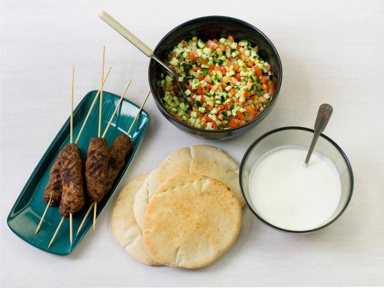 Stek pitabrød etter anvisning på pakken. Fyll brødene med grønnsaksblandingen, yoghurt og kebab, og server.