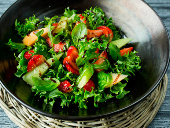 Drypp over god olivenolje og søt, tykk balsamicoeddik. Krydre med et lett dryss flaksalt og kvernet sort pepper.