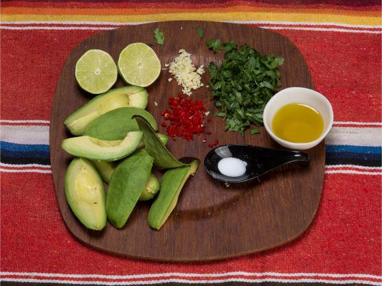Skrell av skallet på avokadoen. Finhakk hvitløk og chili, og grovhakk koriander. Ønsker du den virkelig sterk, ha i frøene fra chilien.