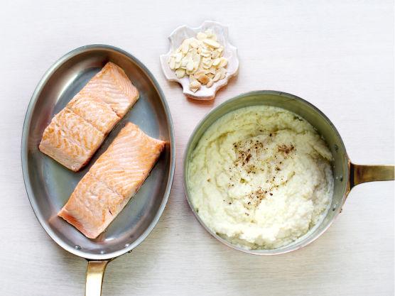 Stek laksen i 1 ss olivenolje til den er gyllen på begge sider, ca. 4 min. og server med blomkålpuré.