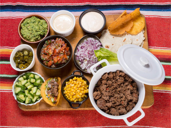 Legg kjøtt og alle garnityr i separate skåler og tortillas/skjell i kurv. Server.