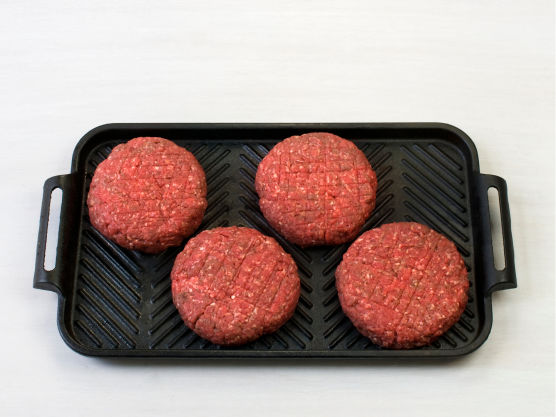 Grill eller stek hamburgerne på sterk varme, ca. 5 min på hver side.