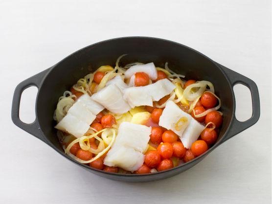 Hakk hvitløk og chili. Legg fisk og tomater lagvis i kjelen med poteter og løk.
