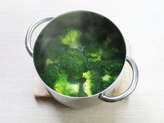 Del og kok brokkoli mør i lettsaltet vann.