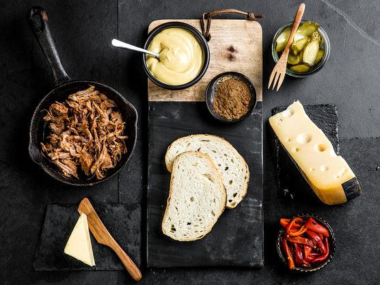 Ostesmørbrødet kan stekes både i stekepanne eller i et ostesmørbrødjern om du har det.