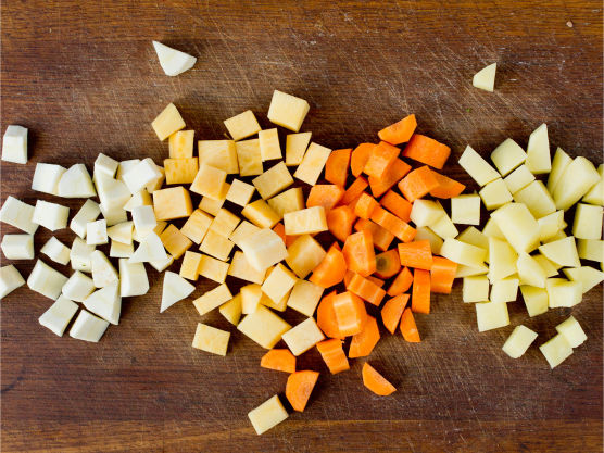 Rens, skrell og del alle grønnsakene i jevne biter.