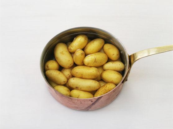 Kok poteter møre i vann.