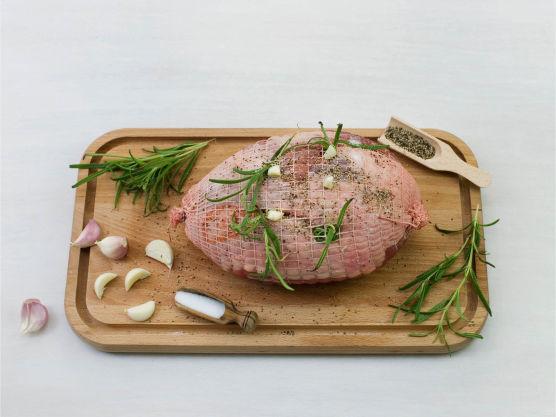 Brun steken i smør, og stikk et steketermometer i den tykkeste delen av kjøttet og stek videre i ovnen. Steketiden til surret lammestek er ca 1 time, på 125 grader. Termometeret skal vise ca. 65 grader etter ca. 1 time.