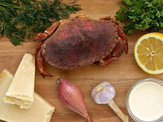 Ha krabbekjøttet i en bolle og vask krabbeskjellene godt med lunkent vann. Sett disse til side.