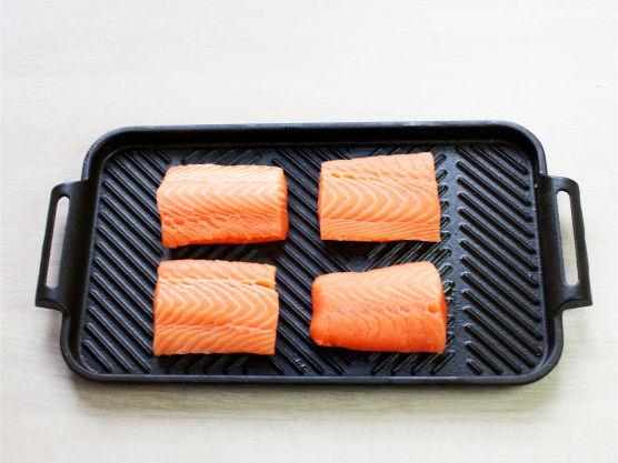 Del laksen i fire, krydre med salt og pepper og grill eller stek fisken gyllen på begge sider, ca. 4 min.