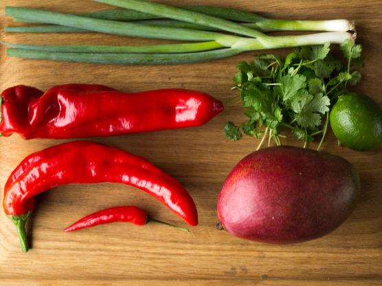 Grill paprika og chili i en grillpanne eller under grill i ovn til skinnet er helt svart. Legg alt over i en bolle (eller lignende), dekk bollen med plastfolie og la grønnsakene ligge slik til de har blitt litt avkjølt, ca. 10 minutter.