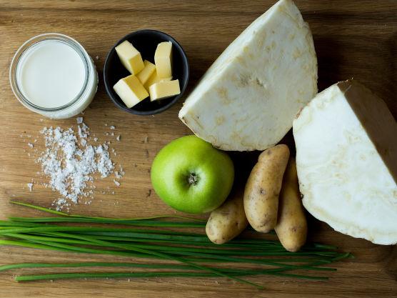 Rens og skrell sellerirot og poteter. Skjær alt i små biter og fres bitene i 2 ss smør. Tilsett buljong og melk.