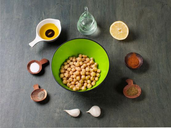 Begynn med hummus. Skyll kikerter og kjør med hvitløk, krydder, vann og olivenolje til hummus i en blender. Smak til med sitronsaft, salt og pepper.