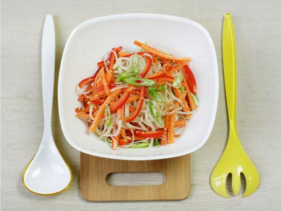 Ta grønnsakene og bland med nudlene, hell over dressingen. Dryss over sesamfrø.