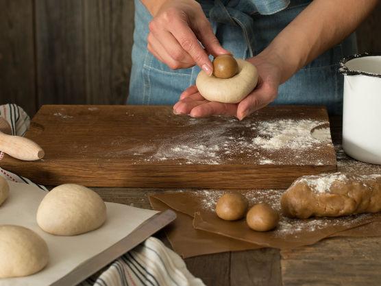 Tilsett smør i små terninger og elt til deigen slipper kantene i eltebollen og alt smøret er eltet godt inn i deigen (ca 10-15 minutter).