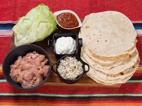 Bak tortillas eller kjøp ferdige som du vender i en varm, tørr panne.